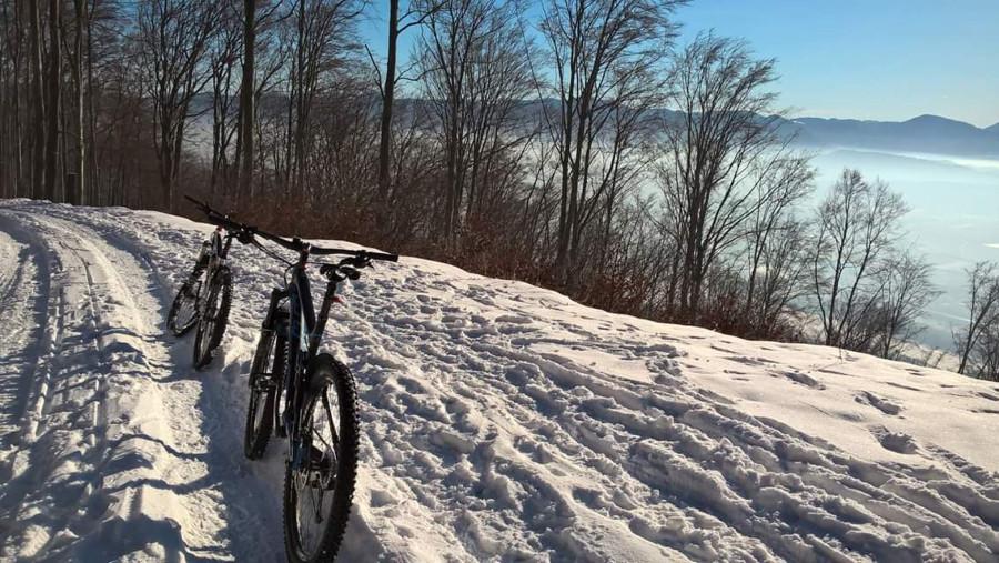 Sneh má vysoký odpor (čím hlbší, tým väčší), môže vás šmýkať a taktiež zosadnúť z bicykla môže byť problém.