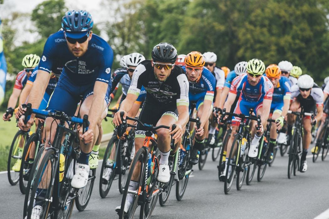 Cyklisti uprostred preteku